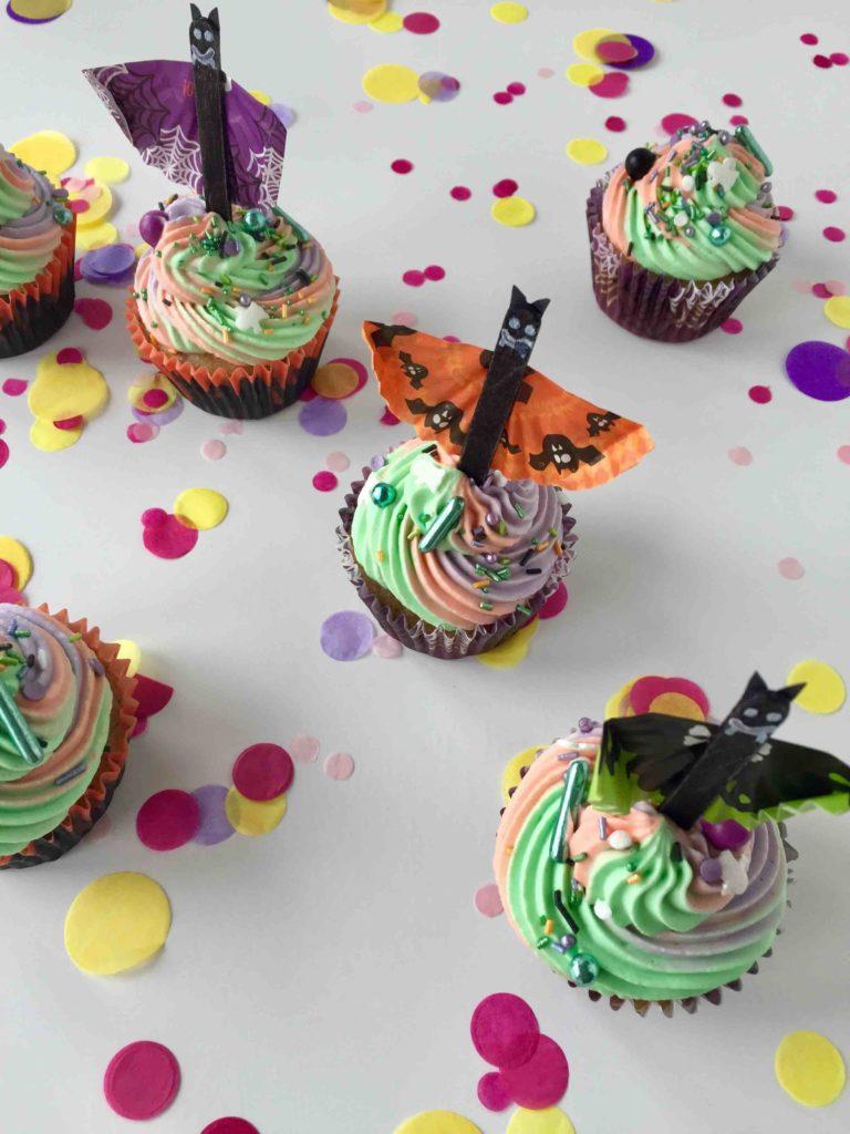 DIY Fledermaus-Caketopper zum Basteln mit Kindern für die Halloween-Cupcakes!
