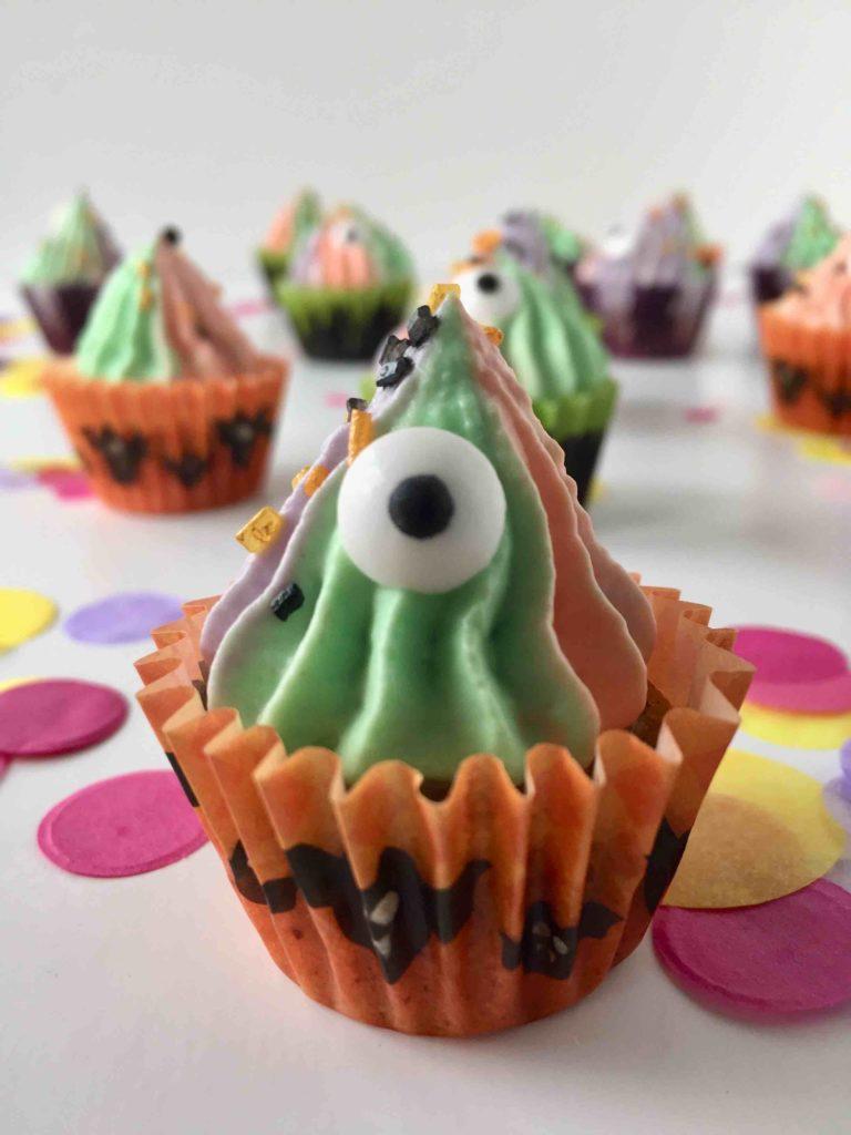 Die Halloween-Cupcakes aus Kürbismuffins und Zimt-Topping sind ein leckerer Genuss