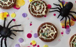 Schnelle Halloweenkekse mit Spinnennetz zum Backen mit Kindern