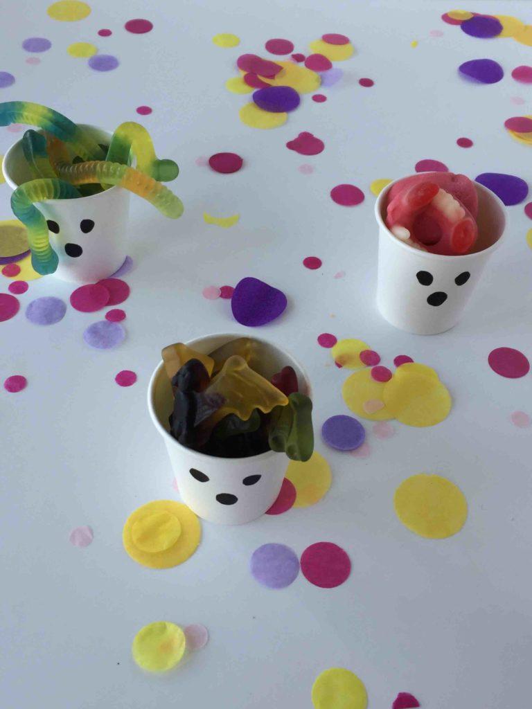 Kleine Halloween DIY Snackbox aus kleinen Pappbechern als Tischdeko