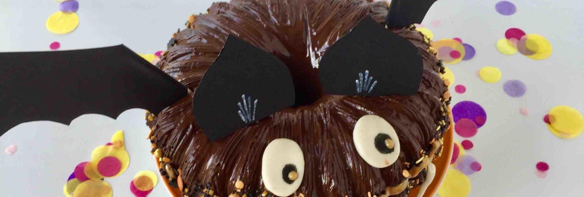 Der Fledermauskuchen aus schokoladigen Kürbiskuchen für die Halloween Blogparade