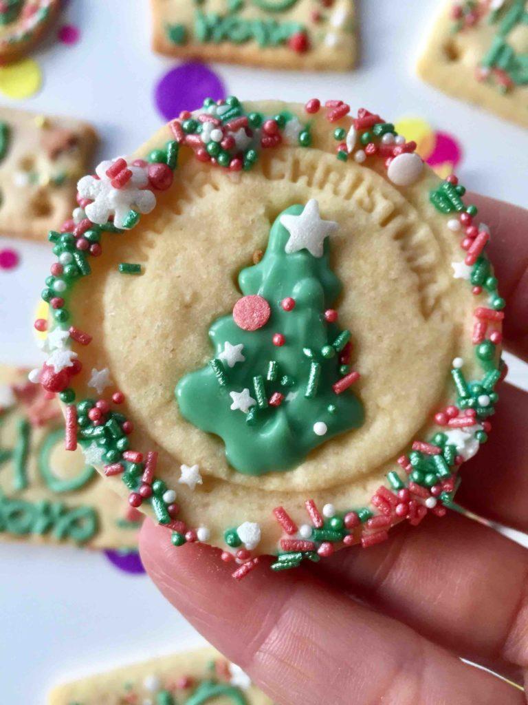 Gestempelte Butterplätzchen weihnachtliche dekoriert für die Weihnachtsbäckerei mit Kindern.