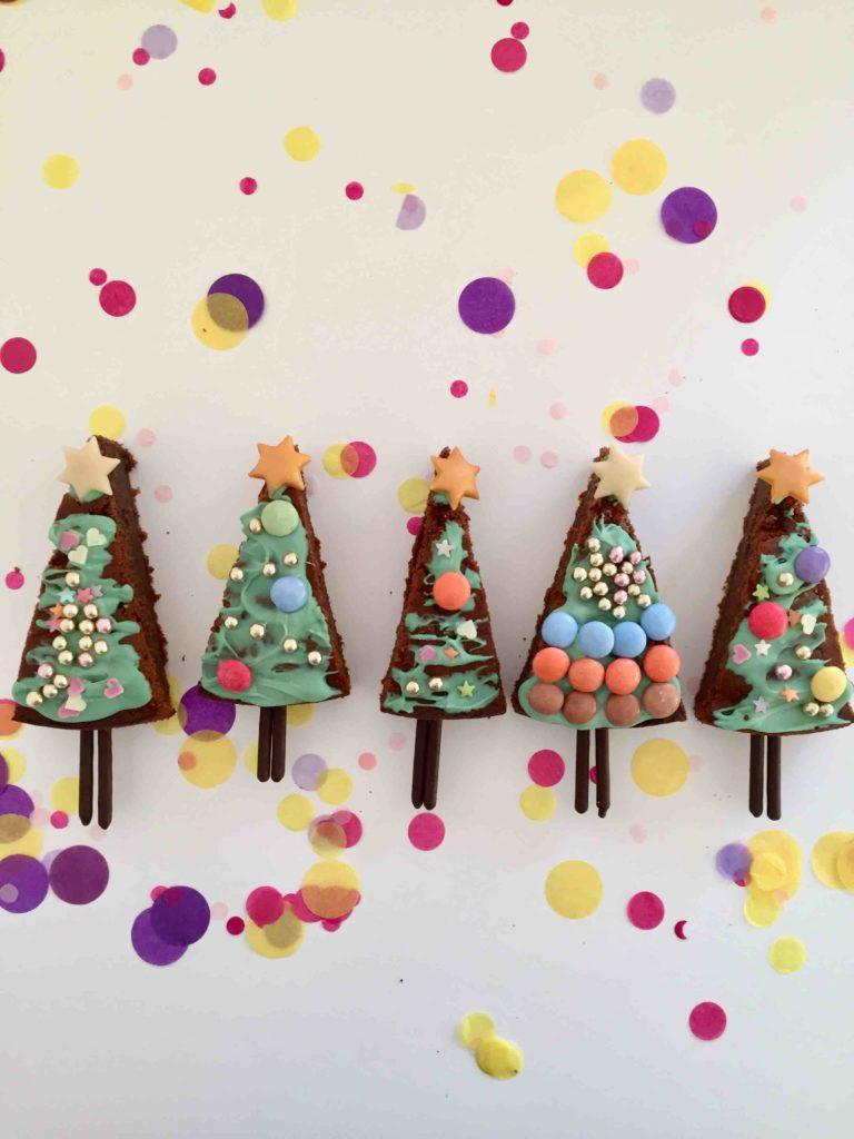 Diese hübschen Tannenbäume haben meine Kinder mit der Kinderleichten Becherküche für Weihnachten gebacken.