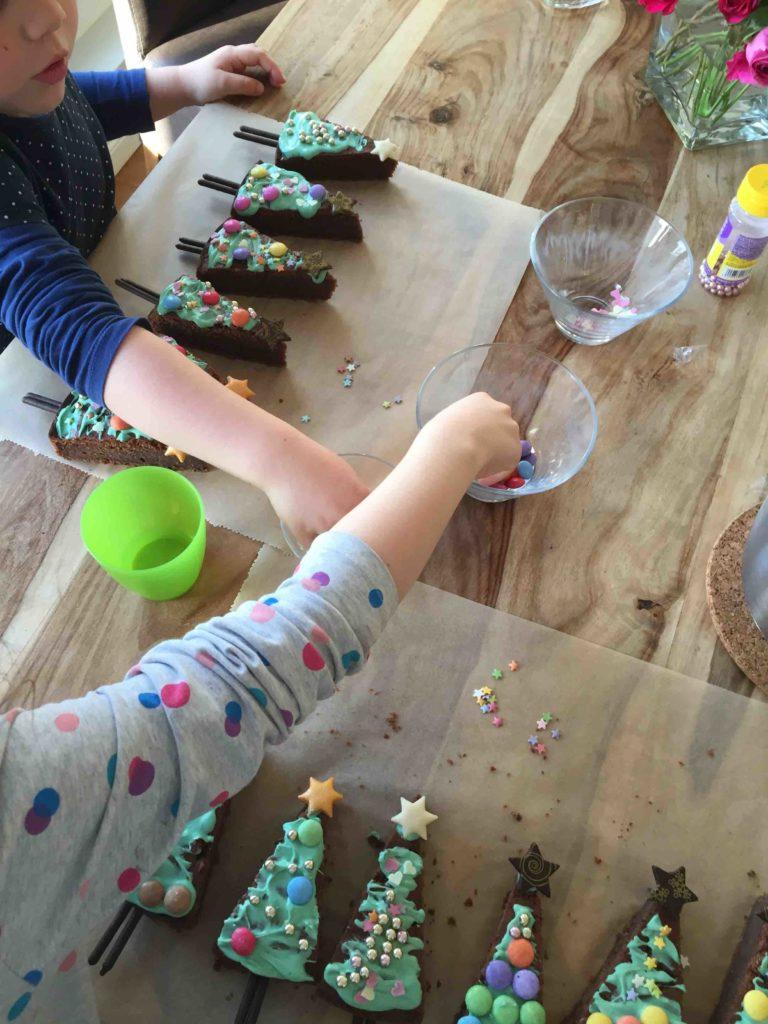 Das Beste am Backen mit Kindern ist das Dekorieren in der Weihnachtbäckerei.