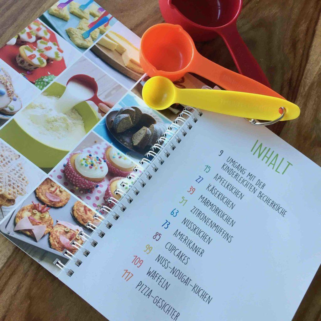 Die Kinderleichte Becherküche ist mit bunten Bechern und einfachen Rezepten ein tolles Backbuch für Kinder