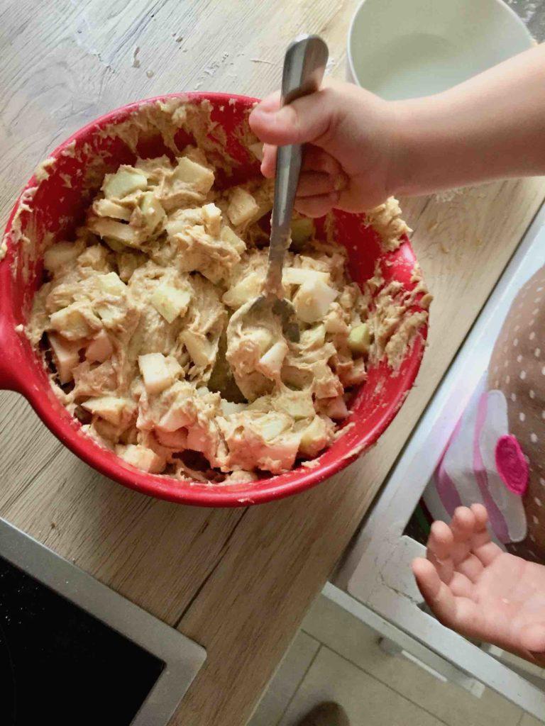 Wir backen den Apfelkuchen der Kinderleichten Becherküche und meine Tochter kann schon viele Aufgaben selbst übernehmen.
