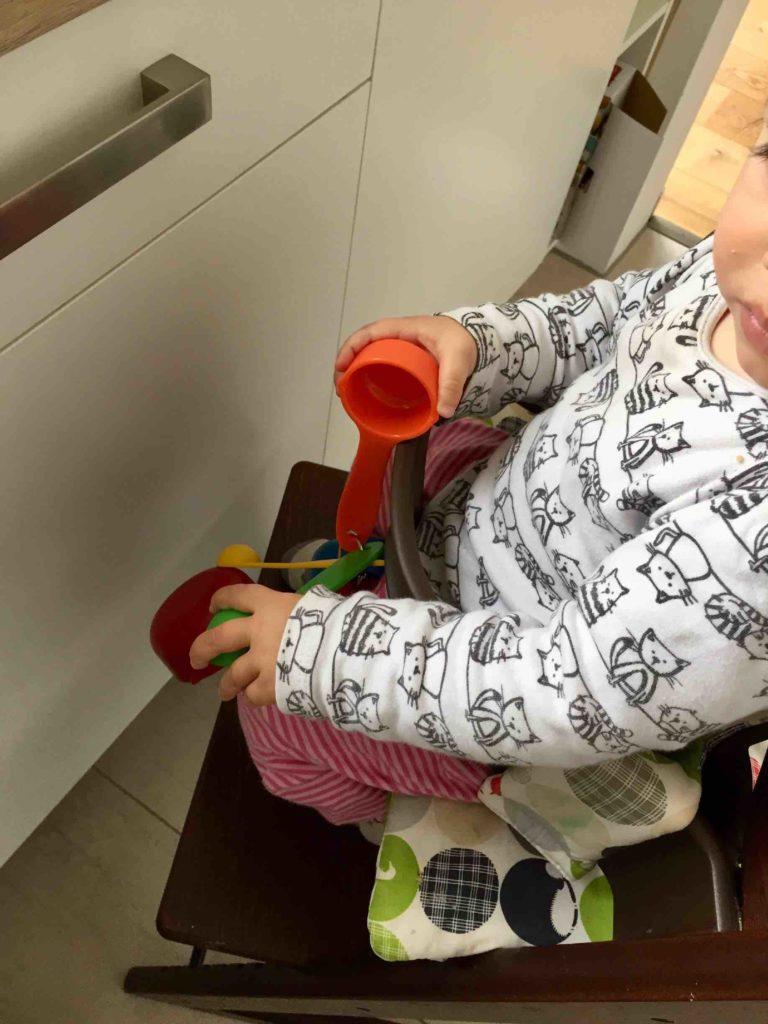 Meine Mini beim Backen mit der kinderlichten Becherküche