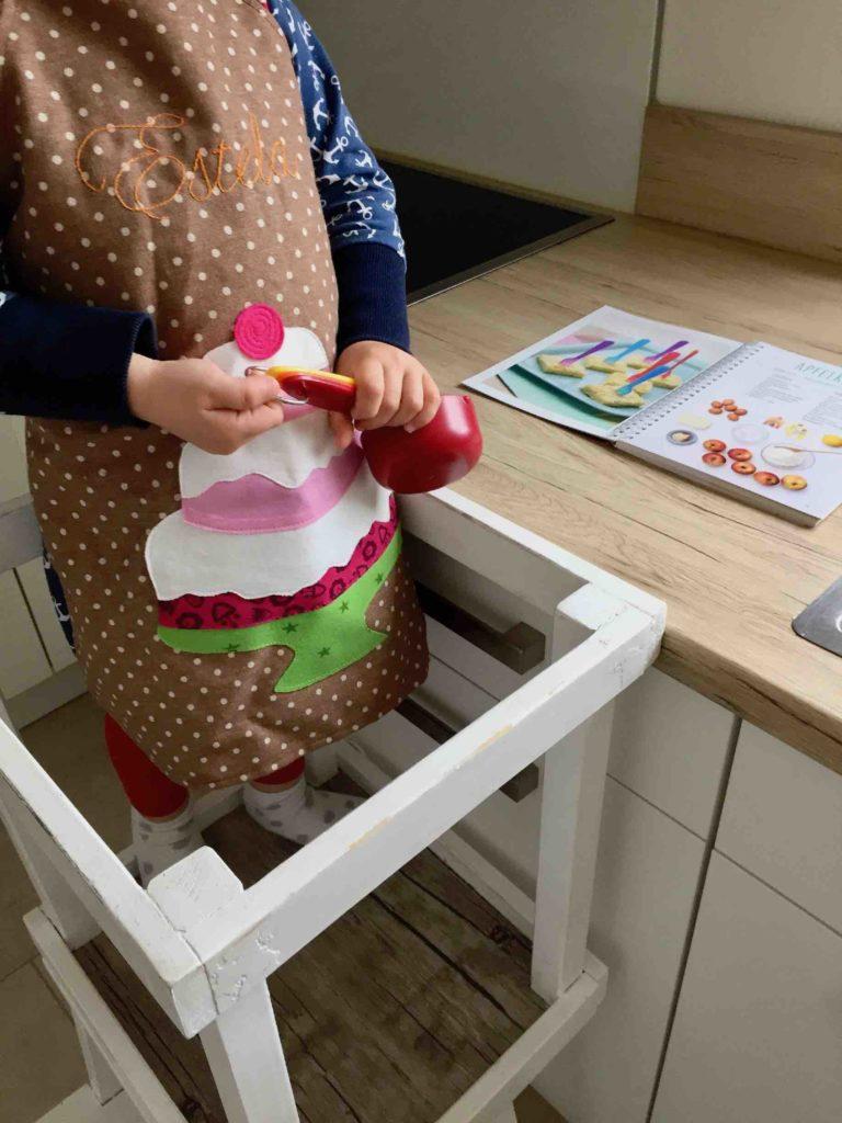 Meine Tochter ist bereit für das Backen mit der Kinderleichten Becherküche