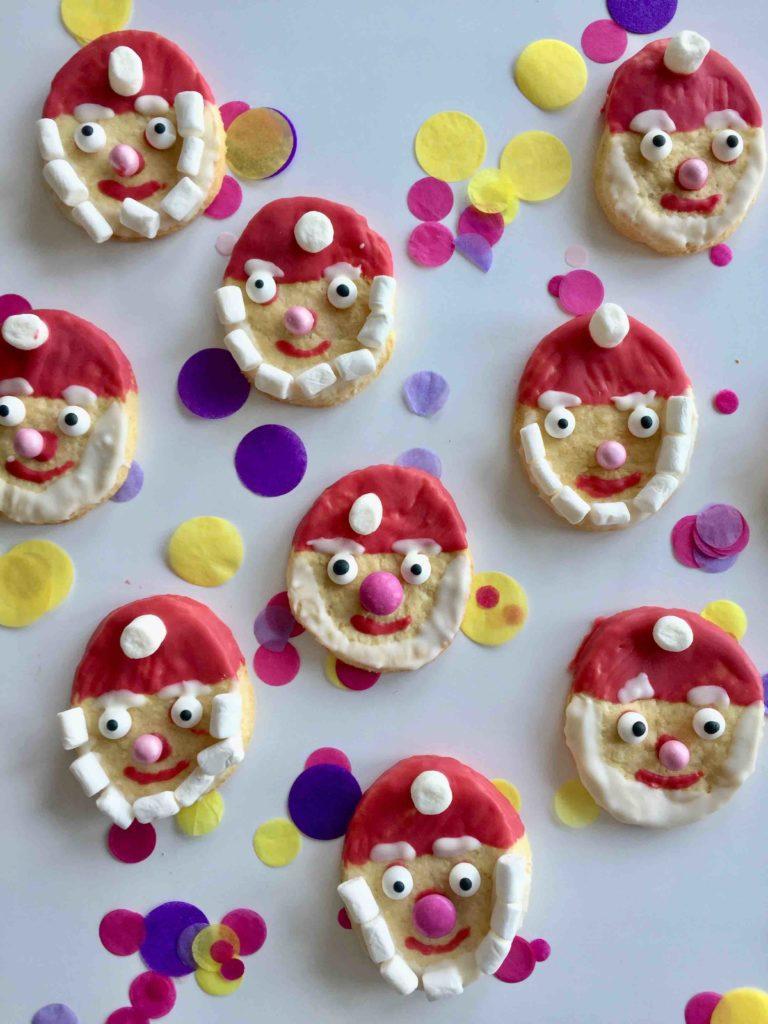 Ein Nikolaus Plätzchen mit roter Mütze und weißem Marshmallow-Bart. Die Santa Claus Cookies sind perfekt für das Backen mit Kindern.