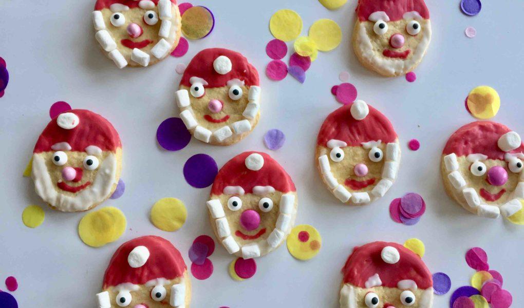 Ein Nikolaus Plätzchen mit roter Mütze und weißem Marshmallow-Bart. Perfekt für das Backen mit Kindern.