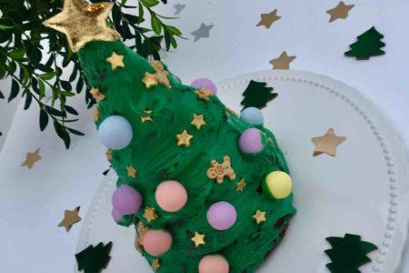 Hinter dem leckeren Tannenbaum versteckt sich ein Orangenkuchen, der beim Backen mit Kindern in der Weihnachtsbäckerei wunderbar verziert werden kann.