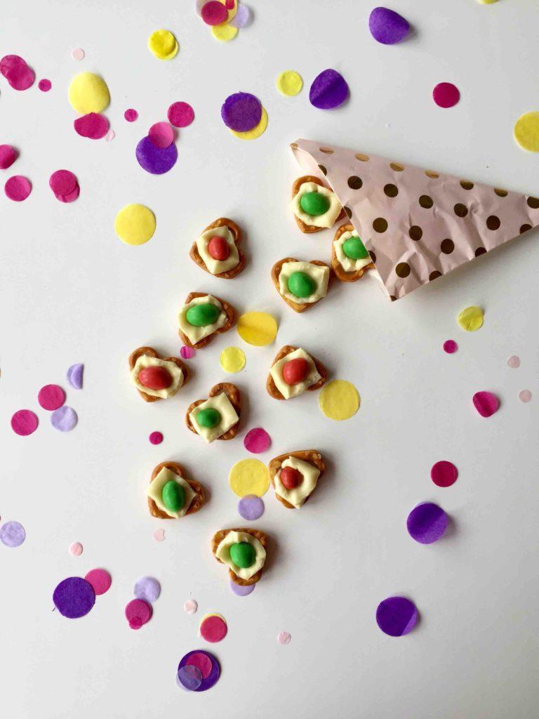 Weihnachtliche Prezel Bites als Last Minute Geschenk zu Weihnachten sind auch für Kinder schnell gemacht.