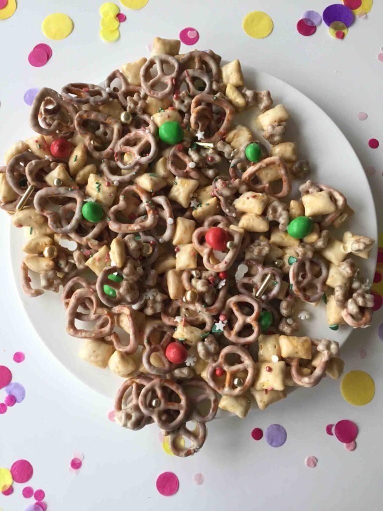 Ein schnelles Last Minute Geschenk aus der Küche - Christmas Crunch - mit Salzbrezeln und Haferkissen. perfekt für das Backen mit Kindern.