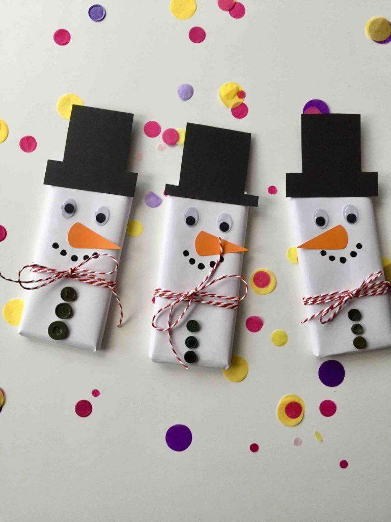Wenn die Zeit für ein selbstgemachtes Geschenk aus der Küche nicht reicht, ist eine schön verpackte Schokolade auch eine weihnachtliche Idee. Gebastelte Last Minute Geschenke sind richtig schnell gemacht.
