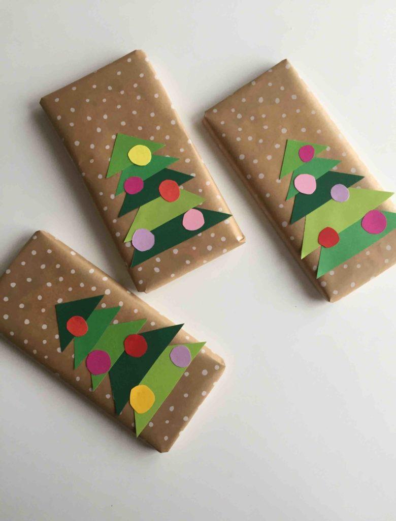 Wenn die Zeit für ein selbstgemachtes Geschenk aus der Küche nicht reicht, ist eine schön verpackte Schokolade auch eine weihnachtliche Idee.