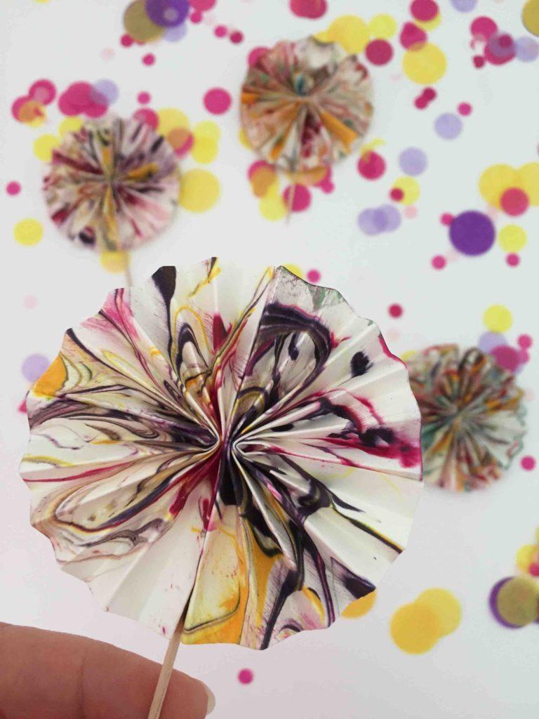 Marmorierte selbstgemachte Caketopper aus Papier für einen bunten Marmorkuchen