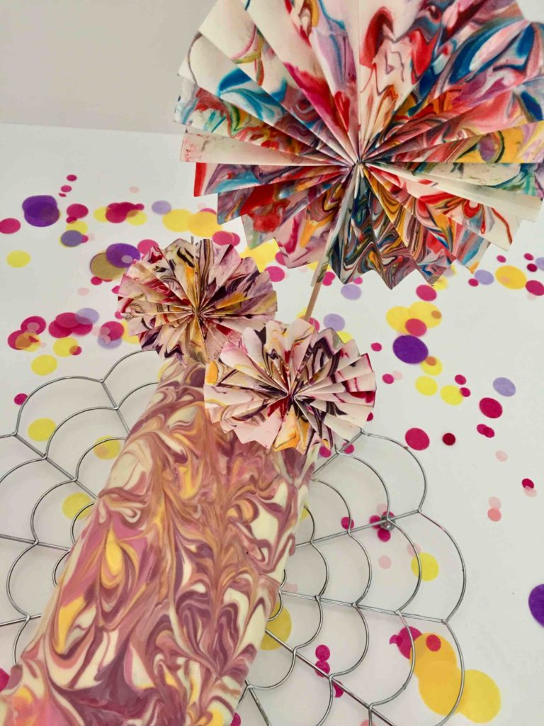 Eine bunte Kuchendeko für einen Marmorkuchen zu Karneval oder zum Kindergeburtstag.