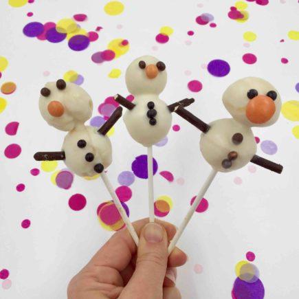 Mit der Cakepop-Silikonbackform lassen sich kleine Schneemänner mit Kindern winterlich backen