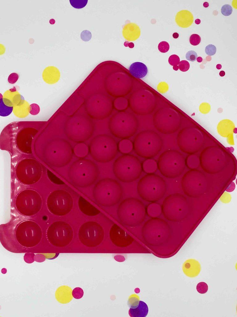 Mit der Silikonbackform für Cakepops und ein paar Backtipps kann man einfach Cakepops backen.
