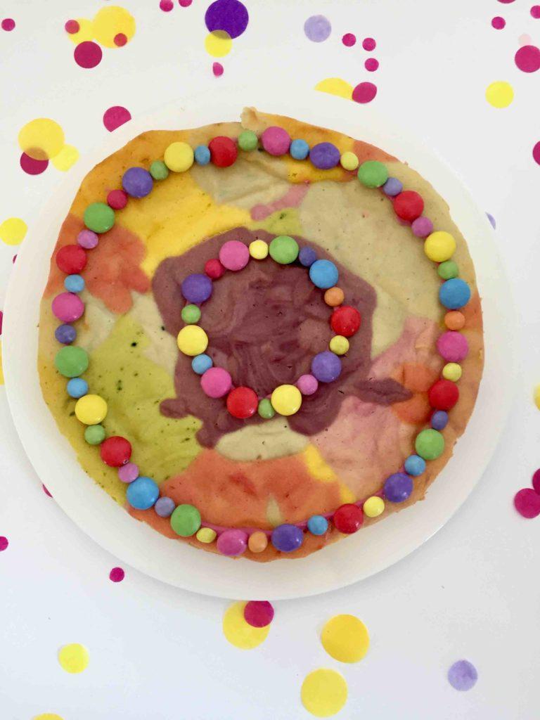 Der bunte Käsekuchen ohne Boden als Paradieskuchen mit natürlicher Lebensmittelfarbe eingefärbt.