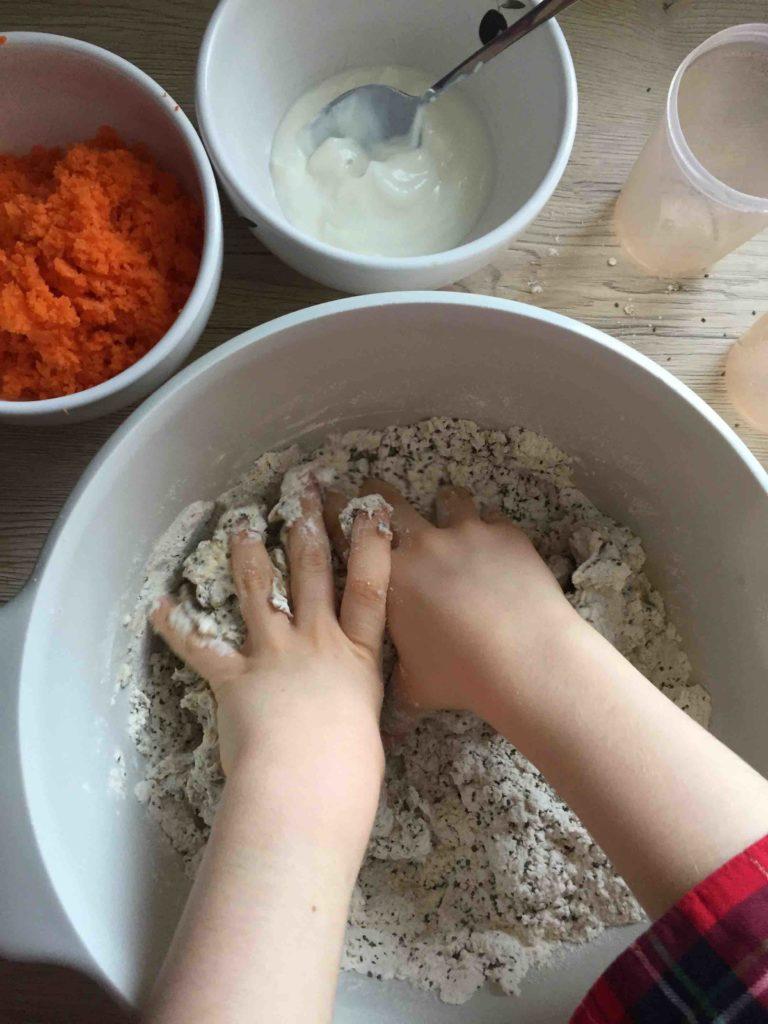 Wir backen ein leckeres & gesundes Mini-Karottenbrot für den Osterbrunch.