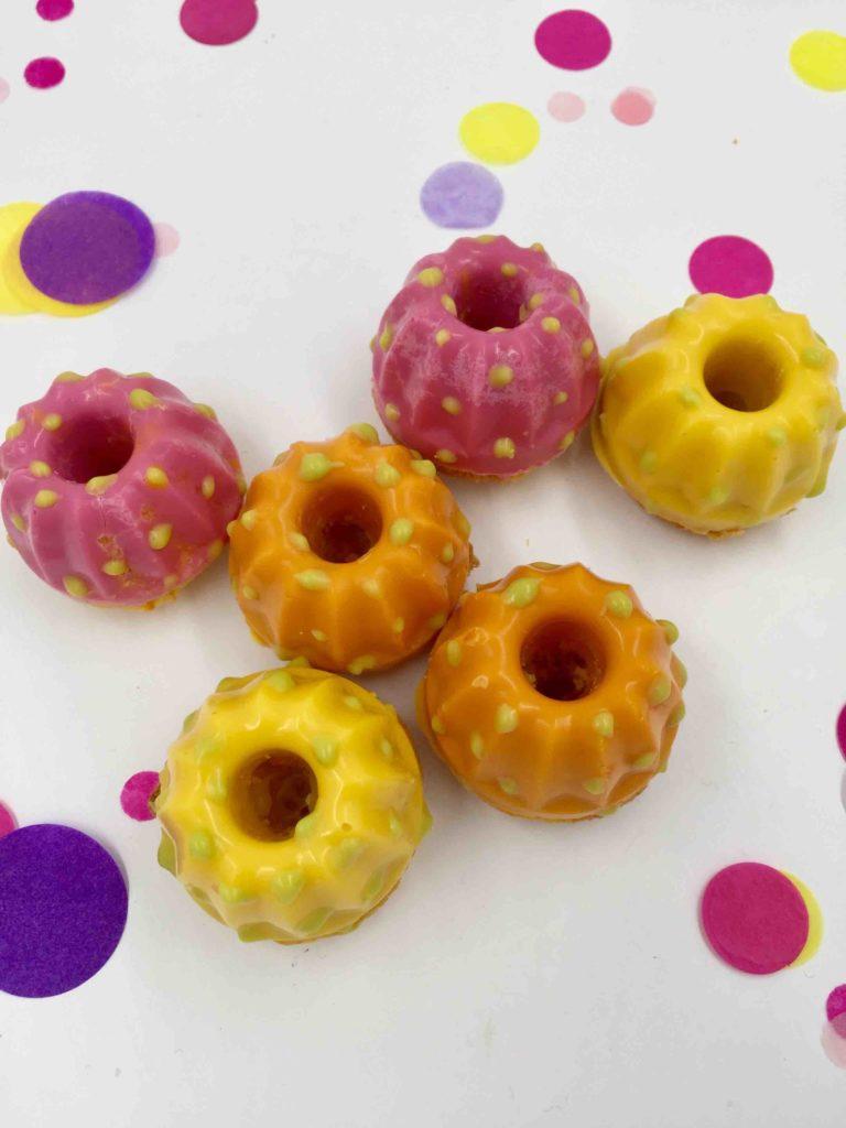 Kleine Mini-Gugelhupfen in Frühlings-Farben für das Cakeboard für Ostern.