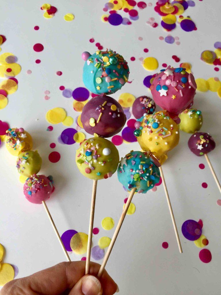 Die bunten Cakepop-Sticks mit jeweils 3 bunten Cakepops sind der ideale Partysnack für jeden Kindergeburtstag und jede Kinderparty wie Karneval.d jeder Kinderparty wie Karneval.