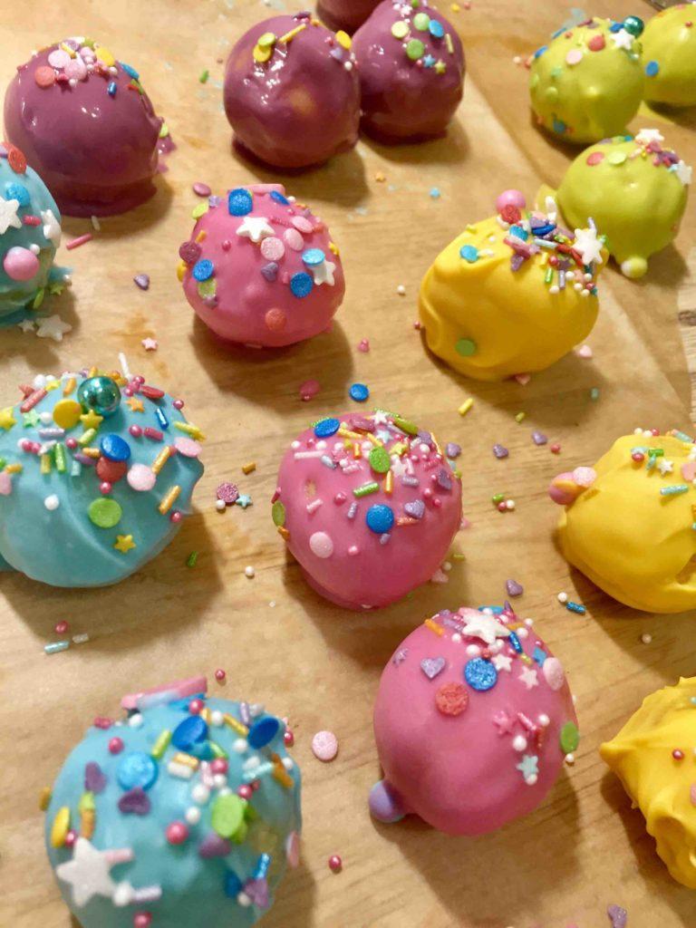 Kunterbunte Schokostreusel auf kunterbunten Cakepops für den Partysnack!