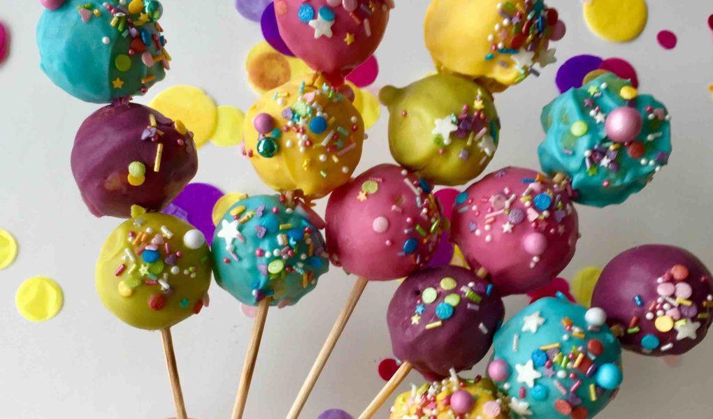 Die bunten Cakepop-Sticks mit jeweils 3 bunten Cakepops sind ein Highlight auf jedem Kindergeburtstag und jeder Kinderparty wie Karneval.