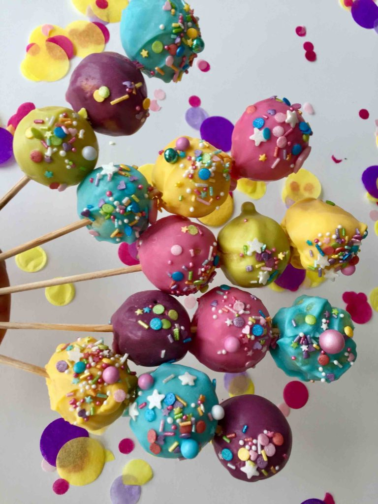 Die bunten Cakepop-Sticks mit jeweils 3 bunten Cakepops sind der ideale Partysnack für jeden Kindergeburtstag und jede Kinderparty wie Karneval.