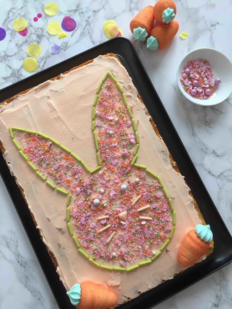 Das einfache Rezept für einen Rüblikuchen zu Ostern für das Backen mit Kindern.