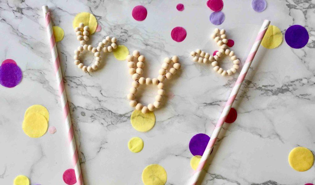 Die kleinen Osterhasen aus Holzperlen sind ein hübscher Caketopper für Ostern, mit dem du den Osterkuchen aufhübschen kannst.