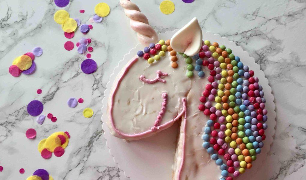 Das einfache Rezept für den Einhornkuchen zum Kindergeburtstag besteht aus einem saftigen Zucchinikuchen mit Zitrone.