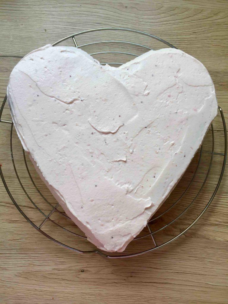 Die Erdbeer-Quark-Torte wird mit der Erdbeer-Creme eingestrichen.