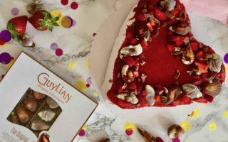 Die Erdbeeren-Quark-Torte zum Muttertag wird mit köstlichen Guylian-Pralinen gekrönt.