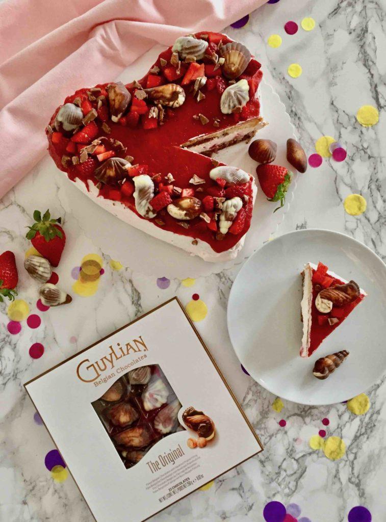 Die Erdbeer-Quark-Torte zum Muttertag wird mit köstlichen Guylian-Pralinen gekrönt.