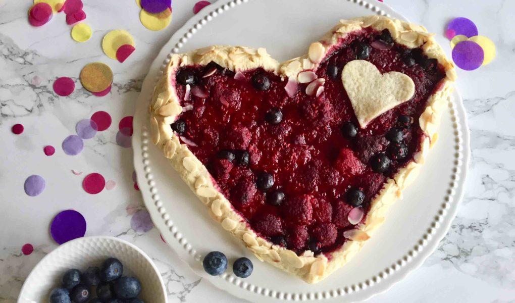 Die fruchtige Herz-Galette für den Muttertag kannst du in 30 Minuten mit deinen Kindern backen.