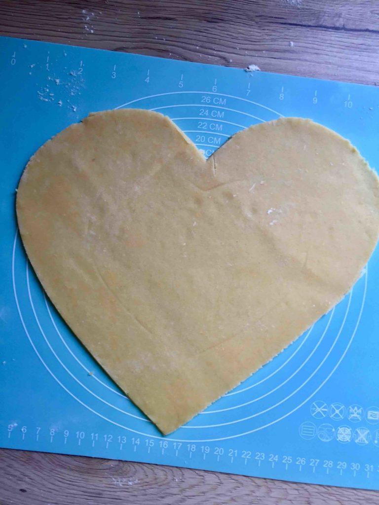 Das Mürbeteig-Herz bildet die Grundlage für die fruchtige Herz-Galette