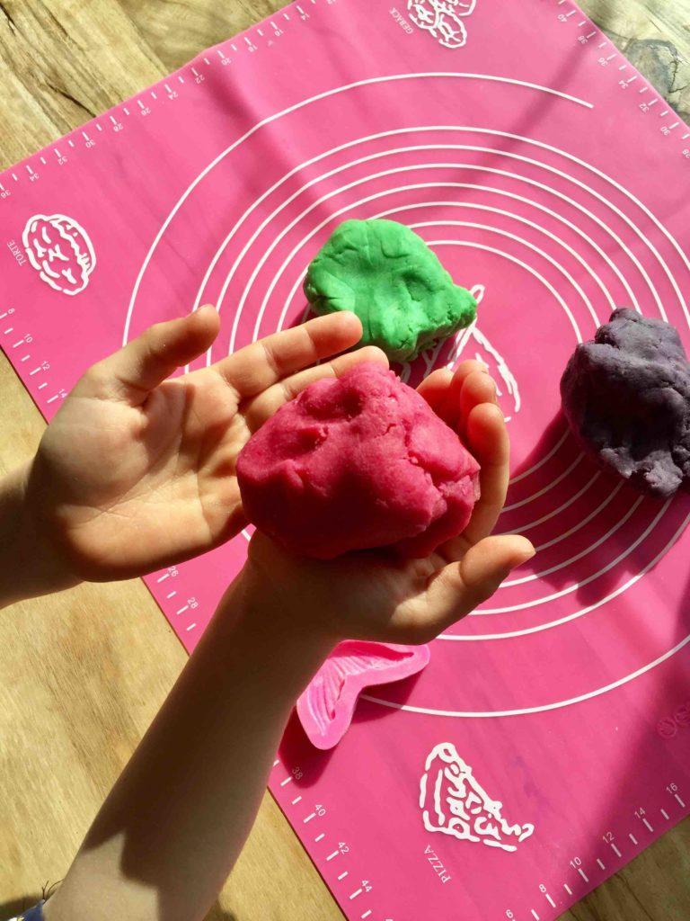 Für einen tollen Effekt haben wir den Mürbeteig für die Meerjungfrauen-Kekse mit Lebensmittelfarbe eingefärbt.