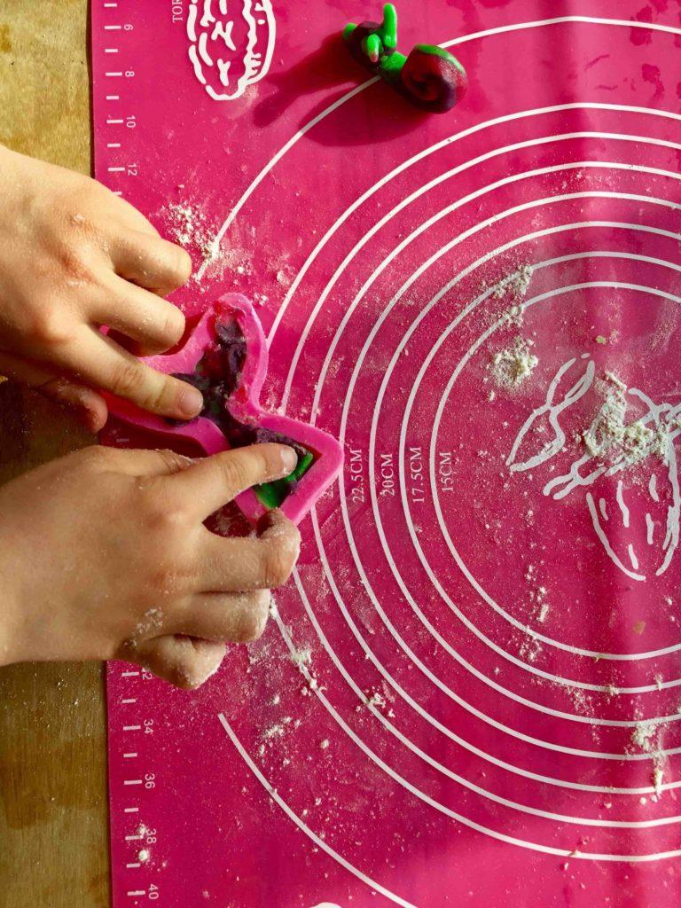 Die 3D-Kekse sind toll für das Backen mit Kindern. So können sie gut für ihren Kindergeburtstag helfen.