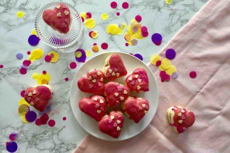 Die Mini-Herz-Ofenberliner sind ein Highlight zum Muttertag, dass du mit deinen Kindern backen kannst.