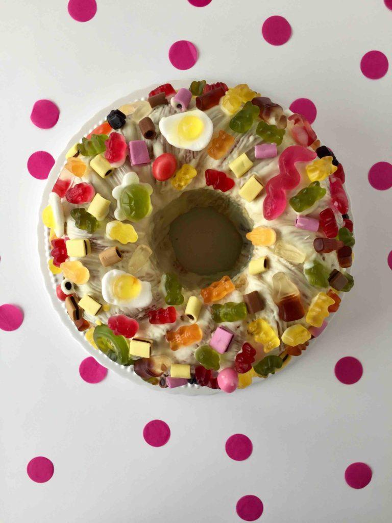 Der Candy Cake ist eine köstliche Dekoration für Geburtstagskuchen mit Weingummi - ein Traum für Naschkatzen