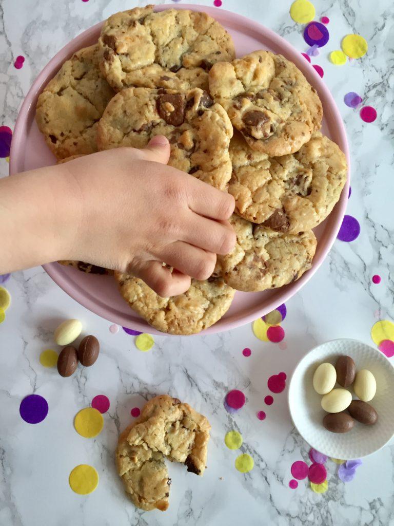 Die knusprig-chewigen Chocolate Chip Cookies schmecken grandios und sind perfekt zum Backen mit Kindern.