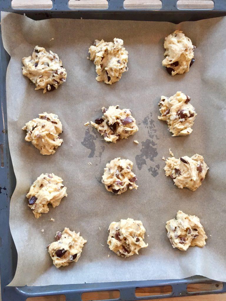 Die Kleckse auf dem Backblech werden nach dem Backen die besten Chocolate Chip Cookies