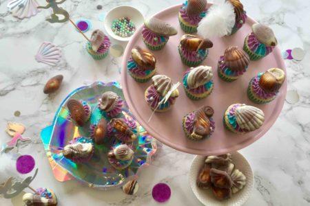 Die Vanille-Cupcakes mit den Meeresfrüchte-Pralinen für die nächste Unterwasser-Party sind die perfekte Partyfood.