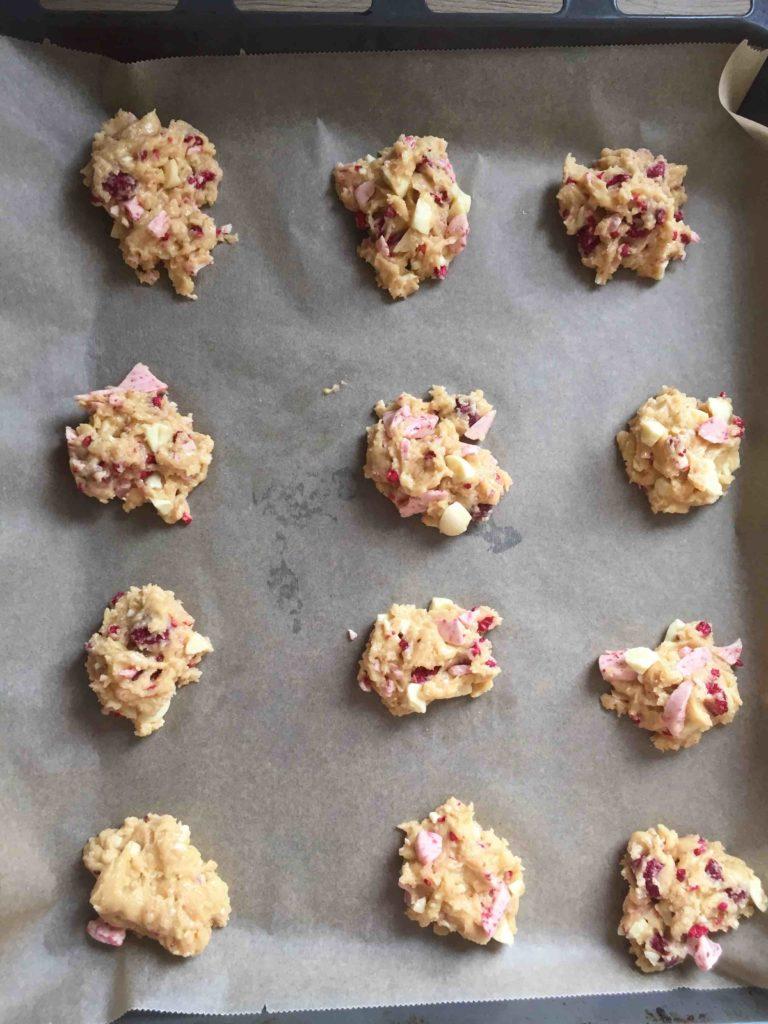 Die Cookie-Kleckse müssen mit Abstand auf das Backblech gesetzt werden, da sie beim Backen noch verlaufen.