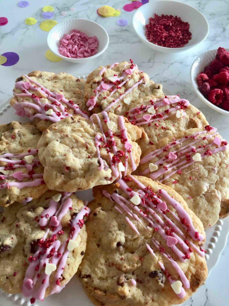 Fruchtige Weiße-Schoko-Himbeer-Cookies sind einfach mit Kindern zu backen. Ideal zum Muttertag.