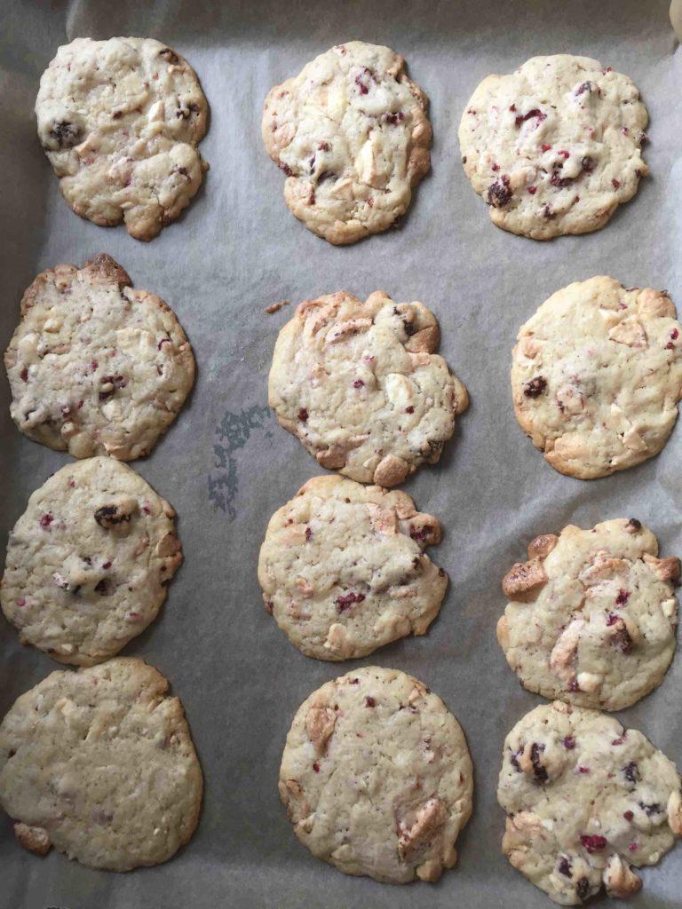 Die frisch gebackenen, fruchtigen Weiße-Schoko-Himbeer-Cookies