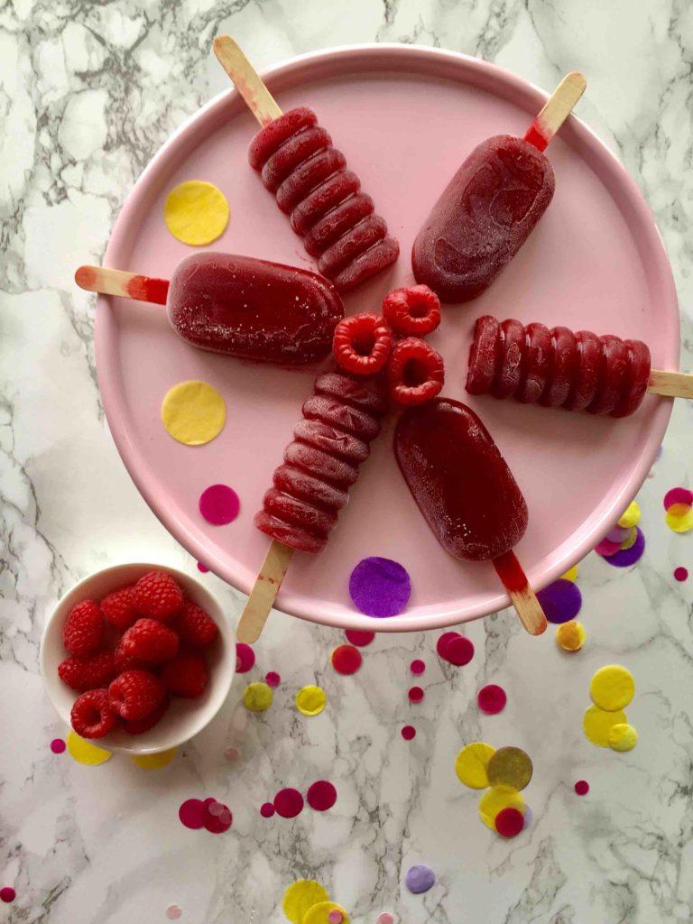 Die fruchtigen Himbeer-Vanille-Eispops sind das ultimative Sommerrezept als Alternative zum Backen mit Kindern.