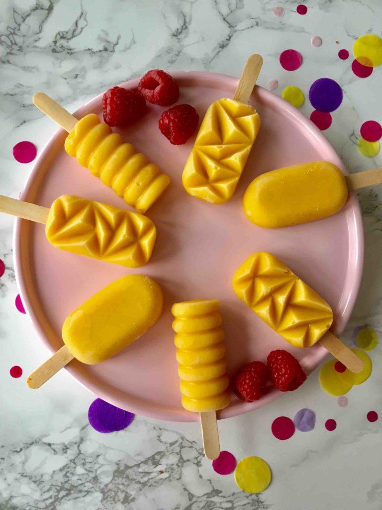 Die exotischen Mango-Kokos-Eispops sind das ultimative Sommerrezept als Alternative zum Backen mit Kindern.